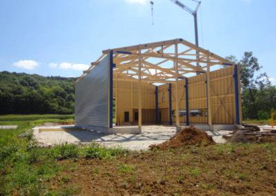 Construction bâtiment charpente mixte bois métal.